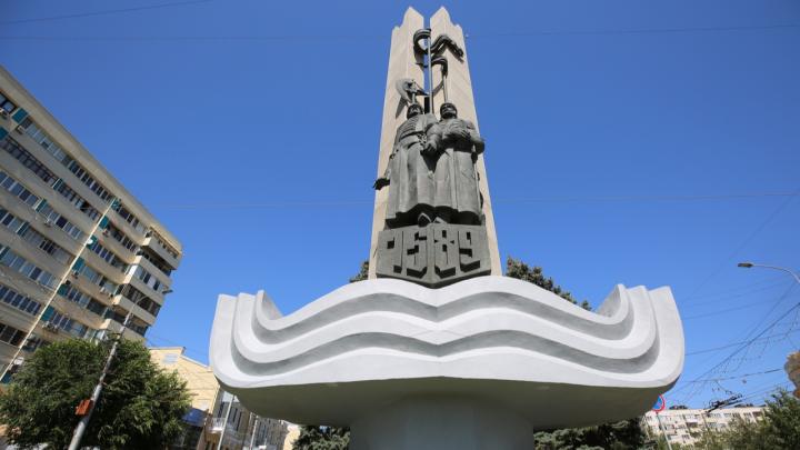 А ждали большего: в Волгограде за полмиллиона помыли памятник основателям Царицына