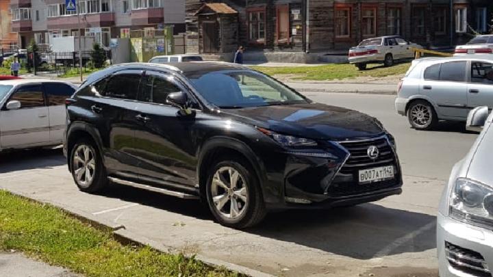 «Я паркуюсь как чудак»:Lexus 007 — а ну, раздвинулись, встану на два места