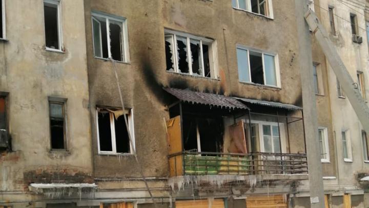 В расселённой четырёхэтажке в городе Оби, которую оккупировали мародёры, произошёл пожар