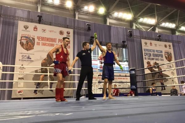Максим Сульгин (в синей форме) завоевал золото в категории 75 кг