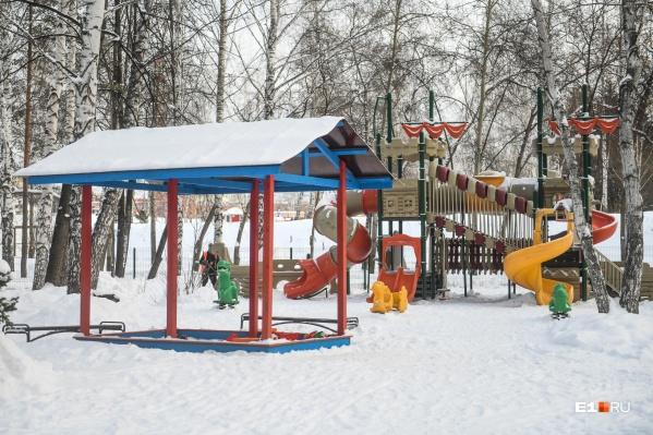 На детской площадке в парке есть нарушения