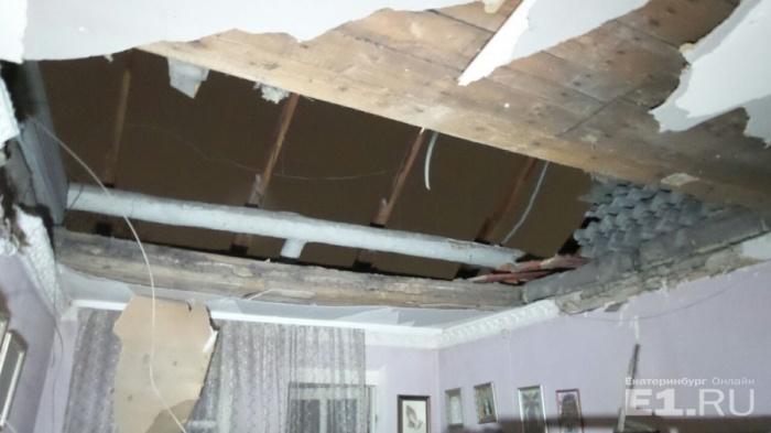 Стройматериалы упали с чердака в квартиру и чуть не задавили мужчину с двумя детьми
