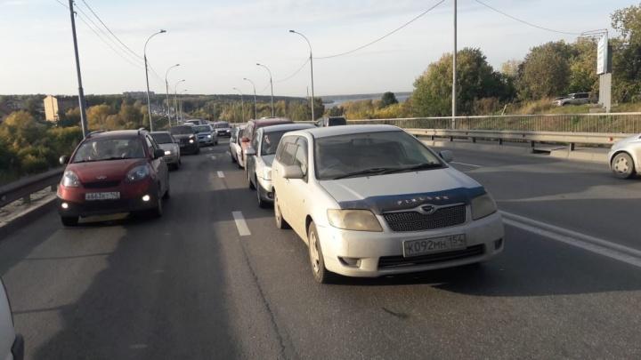 «Паровозик»из 4 автомобилей собрал многокилометровую пробку на Бердском шоссе