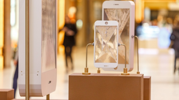 Слава Птрк установит в Екатеринбурге песочные смартфоны, чтобы напомнить о времени