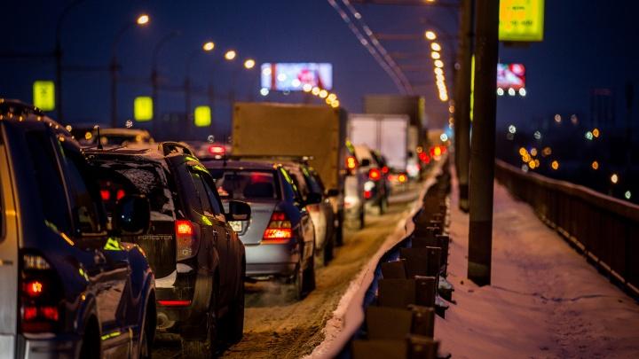 Под полночь сильные пробкисковали движение на дорогах Новосибирска
