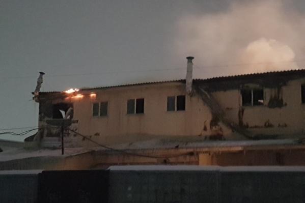 По словам арендаторов, в 22:55 здание еще горело — на снимке, который сделан в это время, виднеется пламя