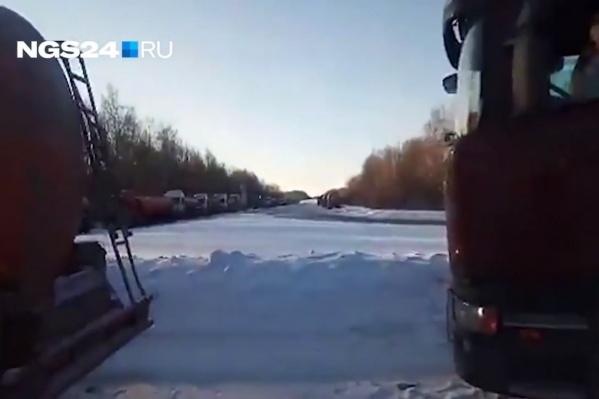 Бензовозы встали в пробку у Ачинского НПЗ