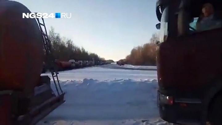 Водители бензовозов встали в многокилометровую очередь у Ачинского НПЗ и говорят о дефиците топлива