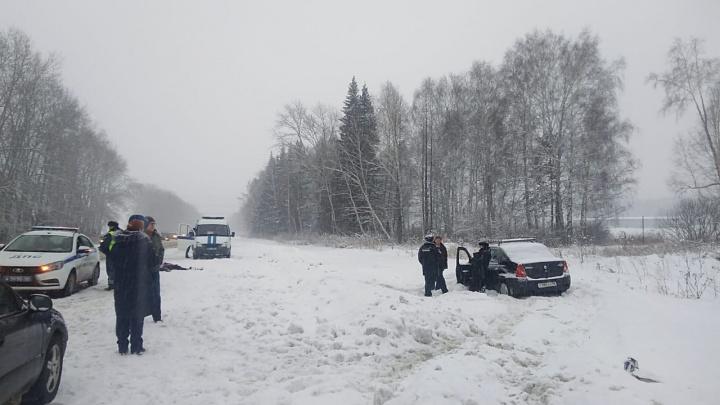 На трассе под Двуреченском водитель легковушки насмерть сбил женщину, которая шла по обочине