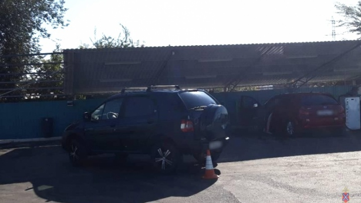 «Сдавал назад не глядя»: под колёсами Renault в Волгограде оказались женщина и ребенок