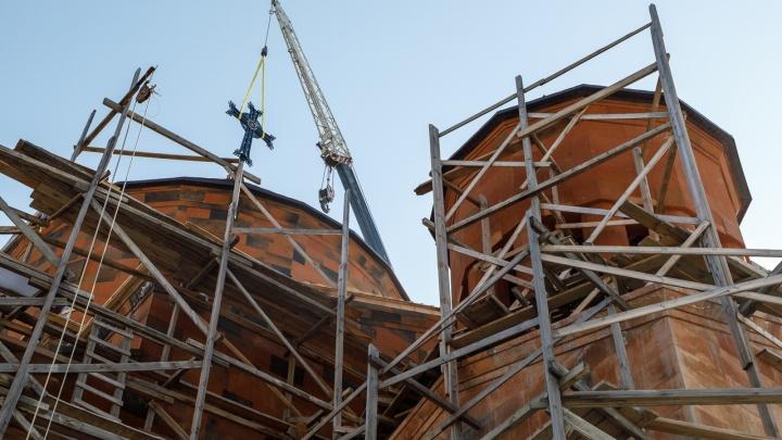 «Молимся на улице»: армяне Волгограда подняли крест на новую церковь