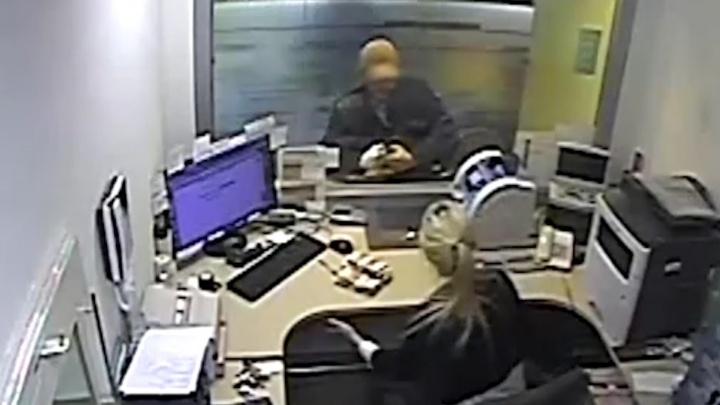 В кепочке и с гранатой: в Самаре задержали грабителя банка