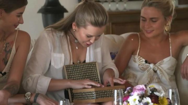 Тимур Батрутдинов подарил мисс Екатеринбург набор для рукоделия и оставил ее в шоу с Бузовой