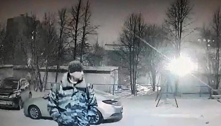 В Новосибирске ищут мужчину, пристававшего к девочкам: он засветился на камере видеонаблюдения
