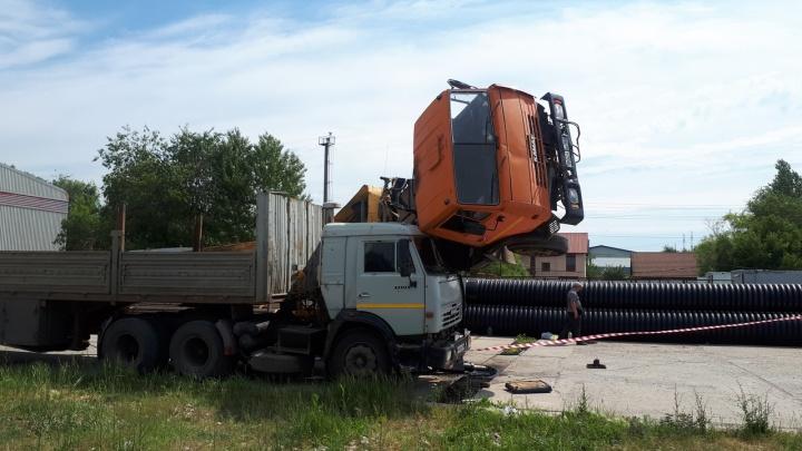 «Кабина водителя взмыла вверх»: в промзоне Тольятти перевернулся кран