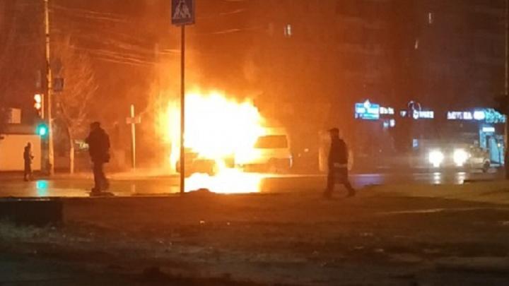 «Все стояли и снимали»: в Волгограде сгорела маршрутка