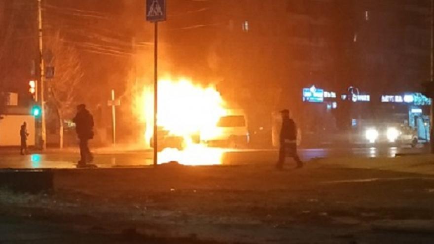 «Большинство не помогало тушить, кого-то увезла скорая»: в Волгограде сгорела маршрутка