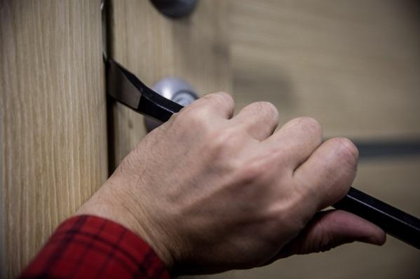 Из домов и гаражей крадут технику, украшения, деньги и шубы
