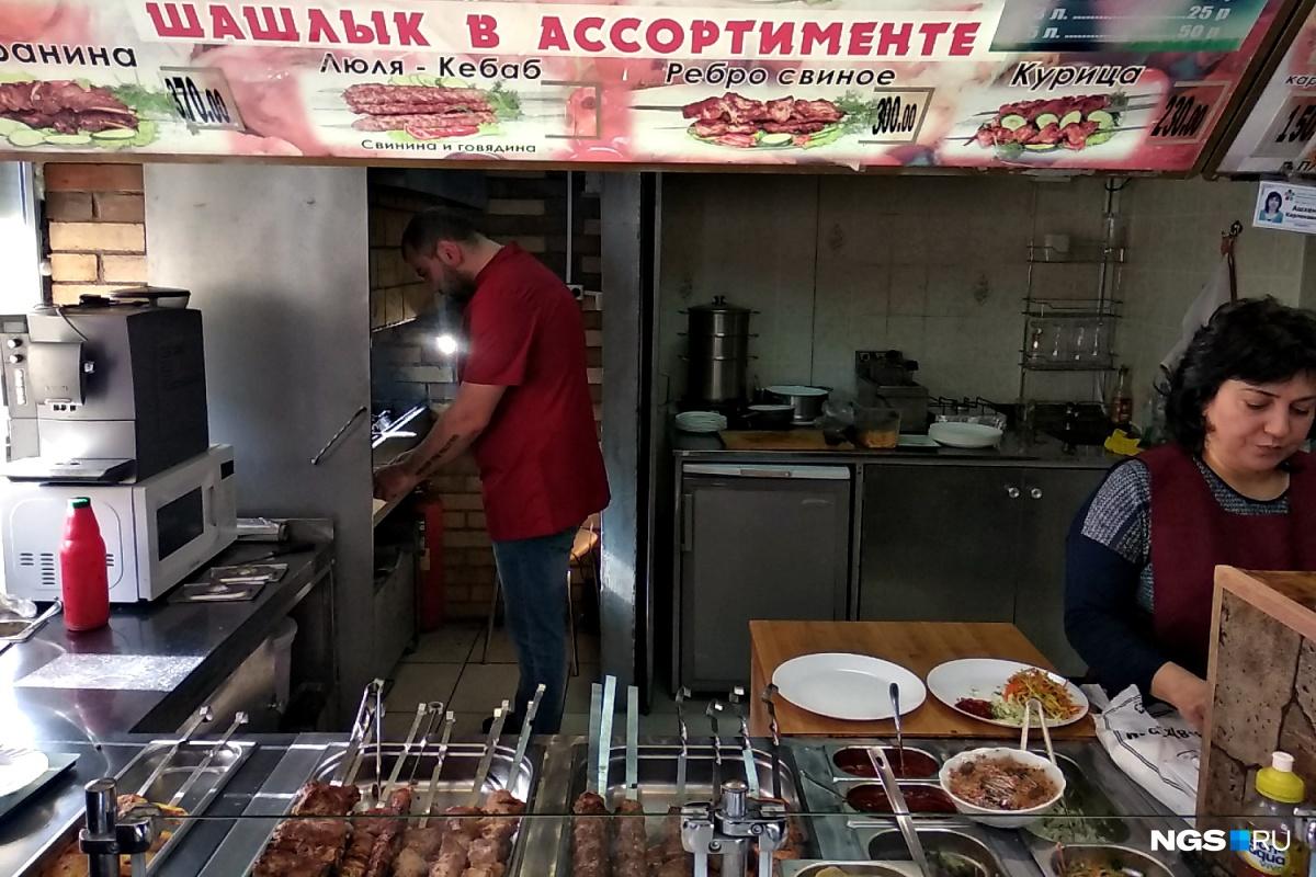Довольно крупный люля-кебаб стоит в шашлычной 250 рублей