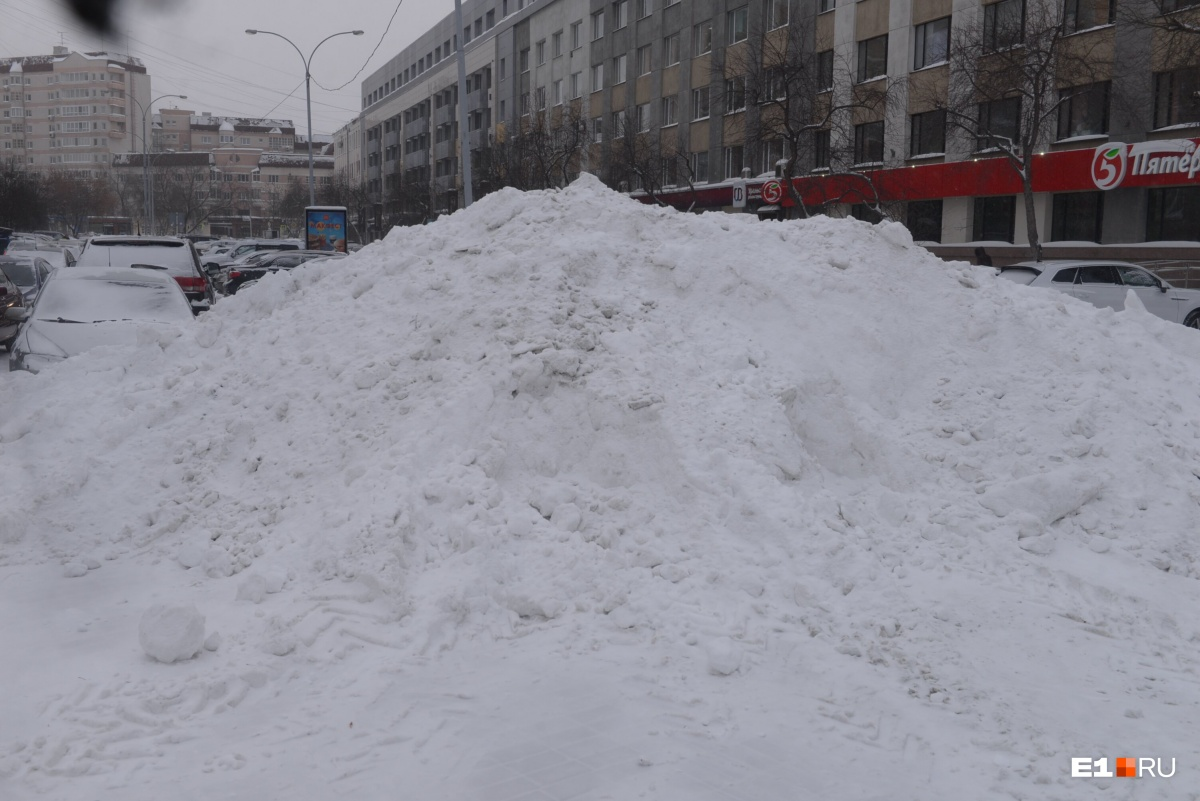 На улицах лежат огромные кучи снега