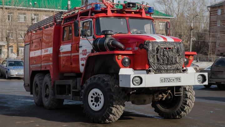 Почувствовали запах дыма: в Перми из горящего дома эвакуировали 50 человек