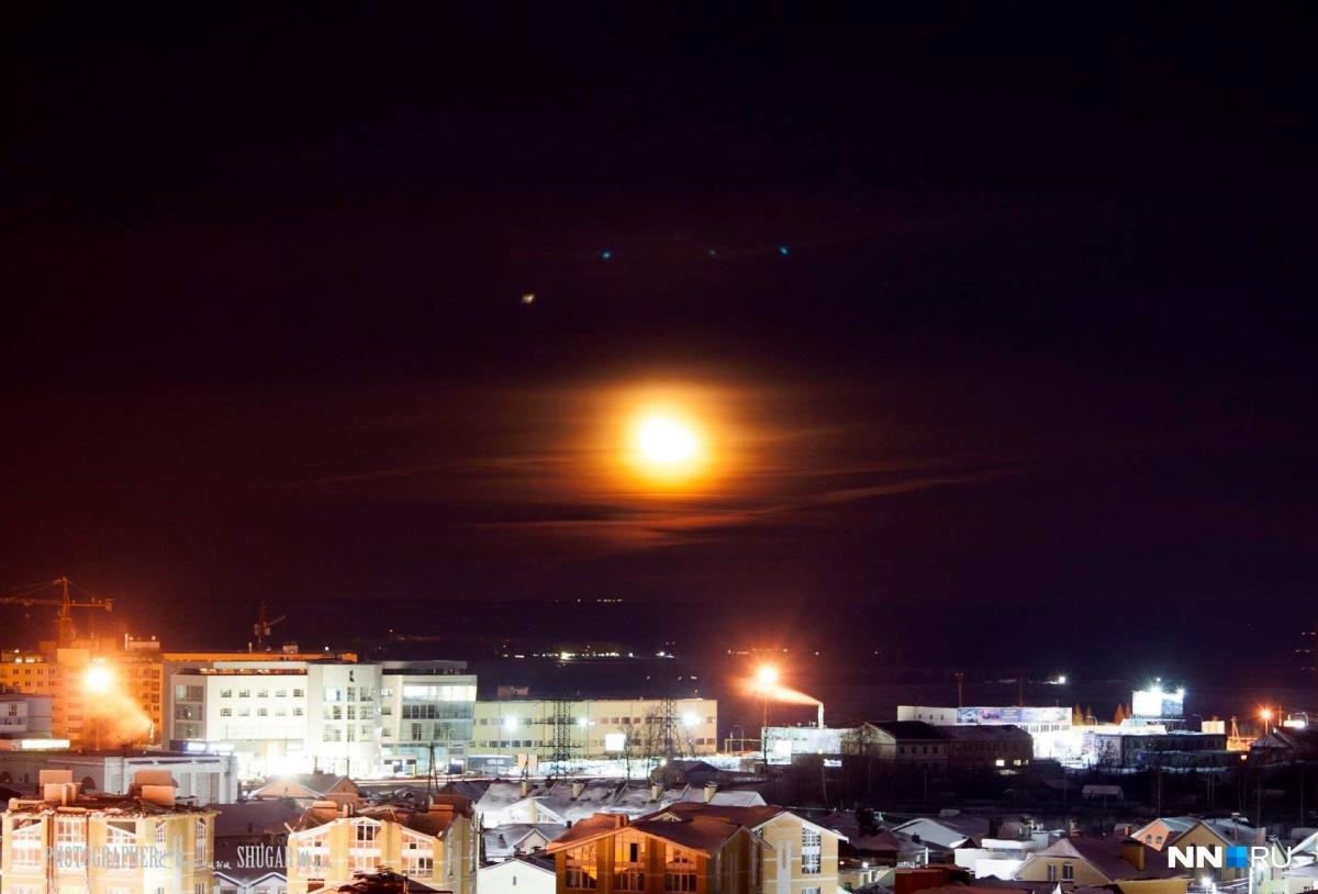 Луну было видно только над горизонтом, потом она спряталась в облака