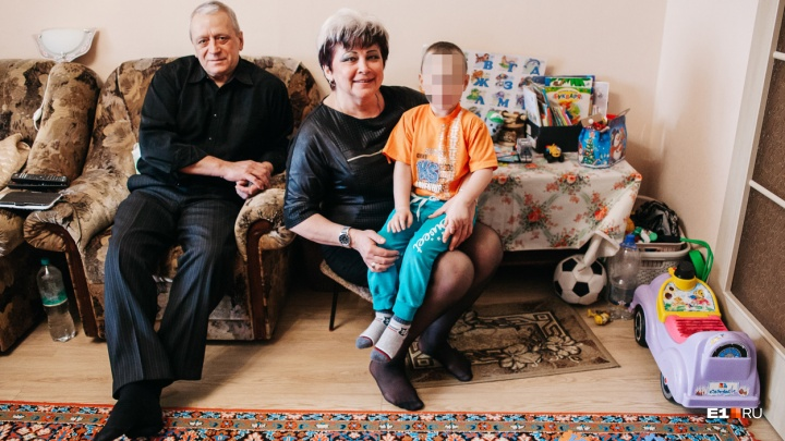 «Наш уже, родной, хотя не кровный»: на Урале пенсионеры судятся за трехлетнего ребенкас его матерью