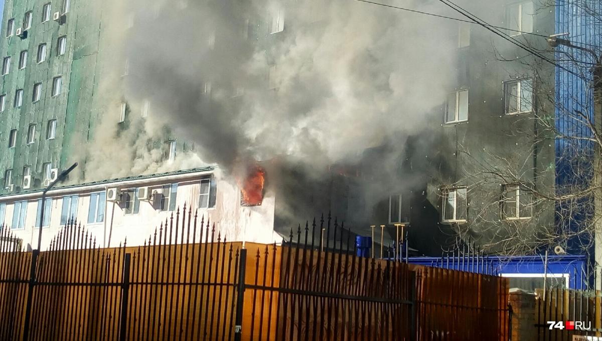 Пожар произошёл в тыловой части отеля «Аврора»
