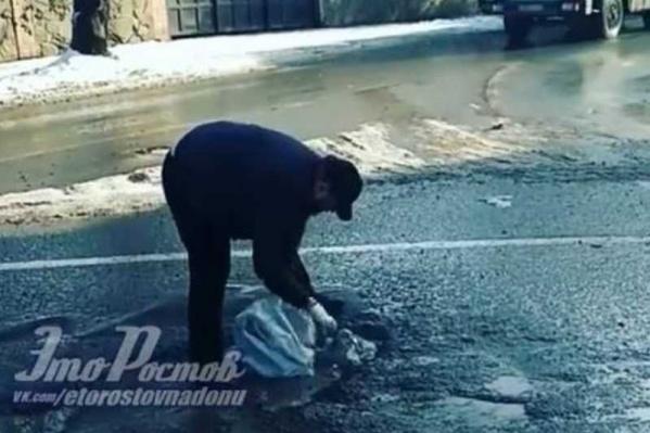 Ростовчанин засыпал выбоину строительным мусором