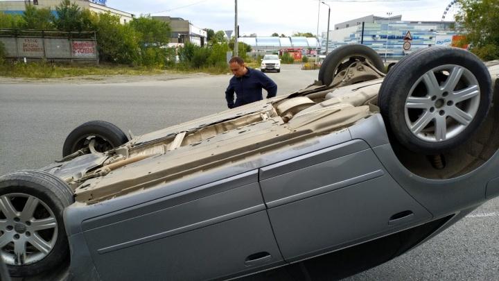 «Audi на крыше»: в районе крупного челябинского ТРК перевернулась легковушка