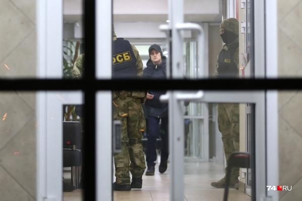Накануне только в челябинском офисе силовики удерживали около 500 сотрудников компании