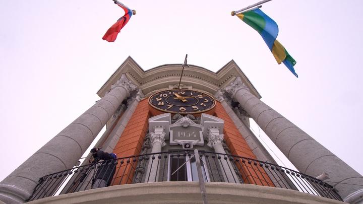 В Екатеринбурге женщина 4 года притворялась чиновницей и водила людей в мэрию, чтобы вымогать деньги