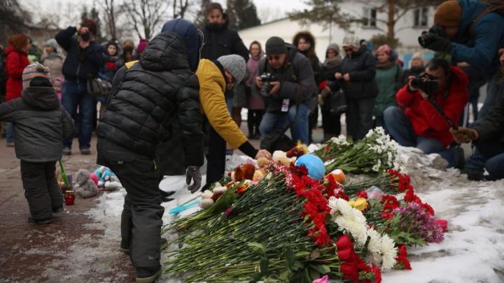 Молчат и плачут: сотни новосибирцев пришли в Нарымский сквер почтить память жертв пожара в Кемерово