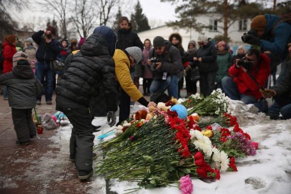 На траурную акцию в Нарымском сквере собралось около двух сотен новосибирцев