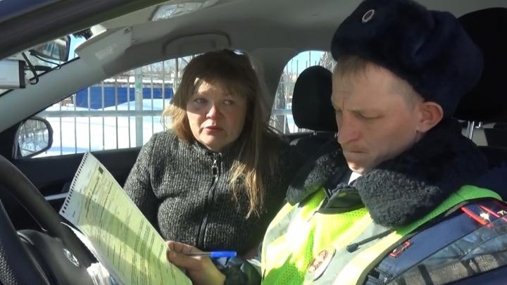 В Каменске-Уральском пьяная женщина-водитель гоняла по городу с двумя детьми: видео