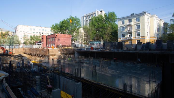 Льют бетон, монтируют стены: на Первомайке залили часть фундамента дома с французским парком