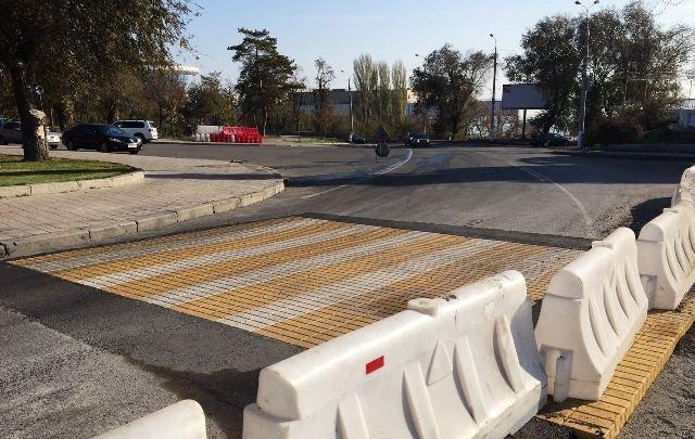 «Для удобства отдыхающих»: в Волгограде появился пешеходный переход из брусчатки