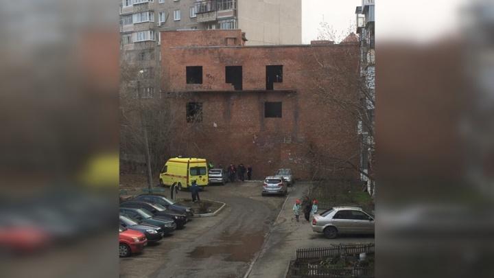Гулял с друзьями: в Челябинске ребёнок упал с недостроенного здания