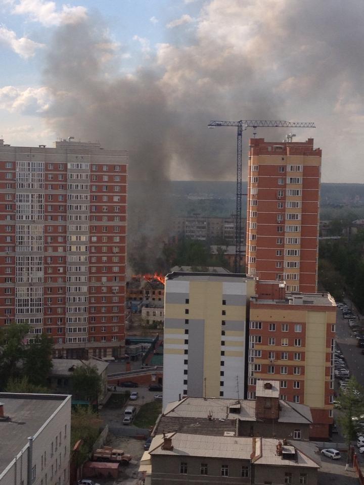 Пожарные тушат огонь с 16:38