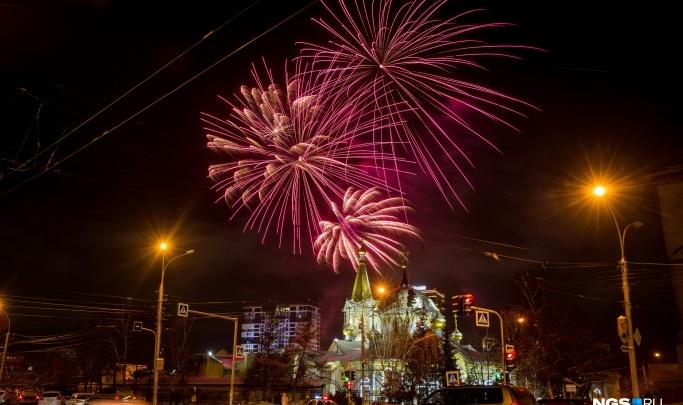 Как небо над Новосибирском разрывалось от фейерверков в новогоднюю ночь: лучшие фото и видео