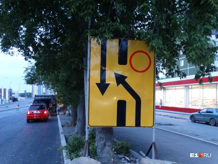Возле въезда на мост уже повесили знаки