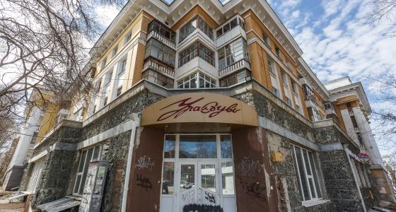 Элита и общага: изучаем дом «Уралобуви» на улице Мира, где жили большие начальники и бомж Андрюха