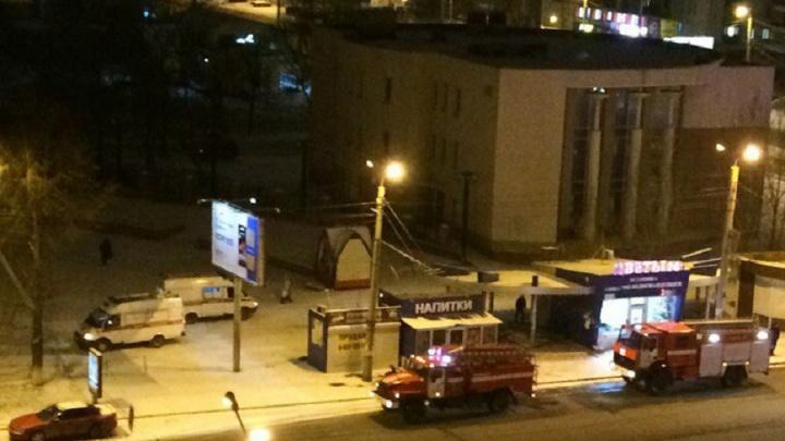 Двоих увезли на скорой: субботним утром в Челябинске сгорел ларёк с продуктами