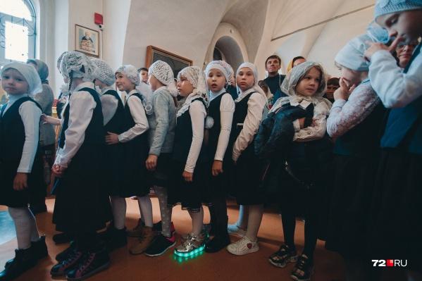 В православной гимназии с формой строго, но разве можно отказать себе в праздник надеть модные ботинки со светящейся подошвой?