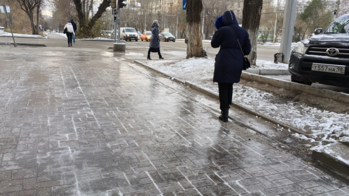 Новосибирские тротуары покрылись коркой льда