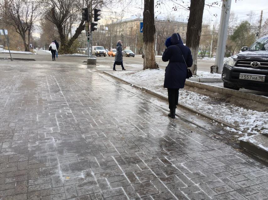 Пешеходам стоит быть осторожнее: тротуары сейчас очень скользкие