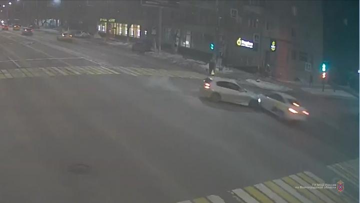 Разбита голова, задет позвоночник: в Волгограде на пешеходном переходе сбили женщину