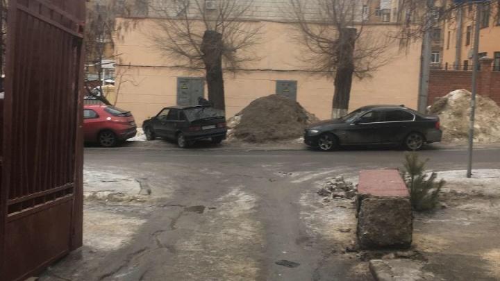 «Это называется вандализмом»: волгоградцы требуют восстановить сбитую мусоровозом колонну