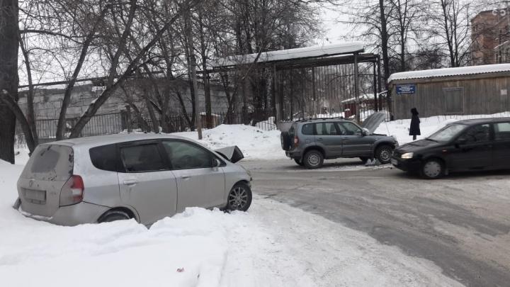 «У них были шприцы»: В Академгородке избили таксиста и попытались угнать его автомобиль