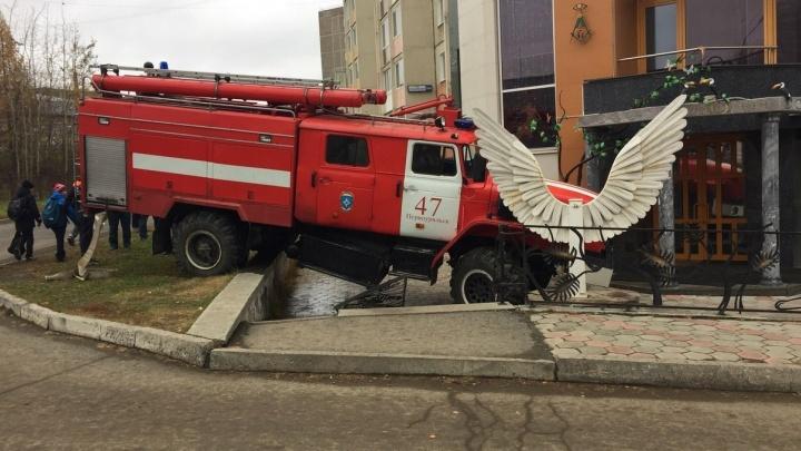 В Первоуральске пожарная машина въехала в салон красоты